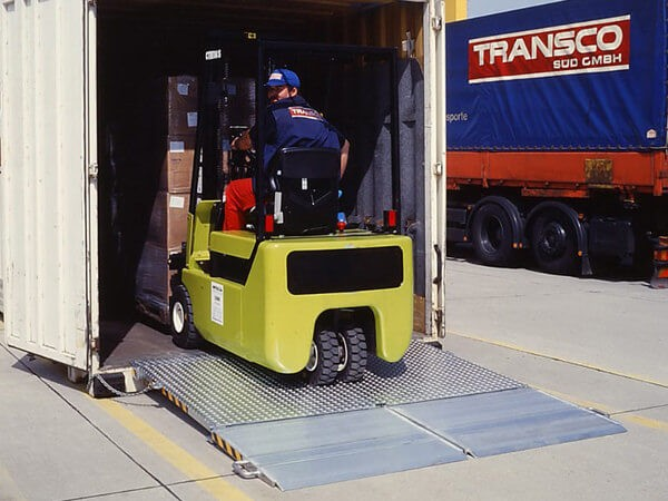 Die MC Containerrampe kann problemlos mit Stapler befahren werden.