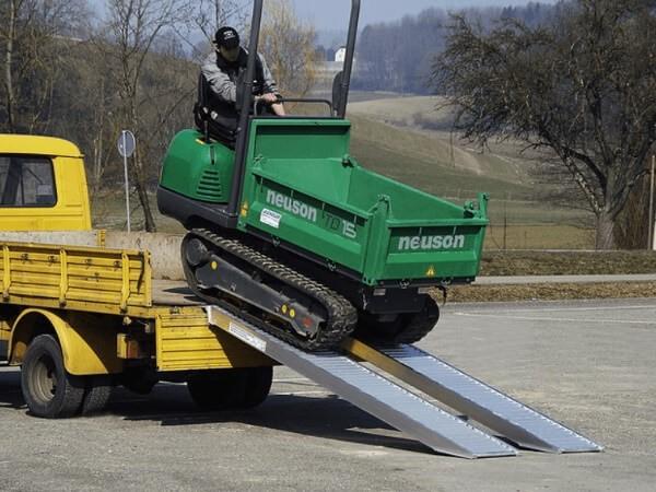 Die Auffahrschienen sind geeignet um mittelschwere Baumaschinen zu verladen.