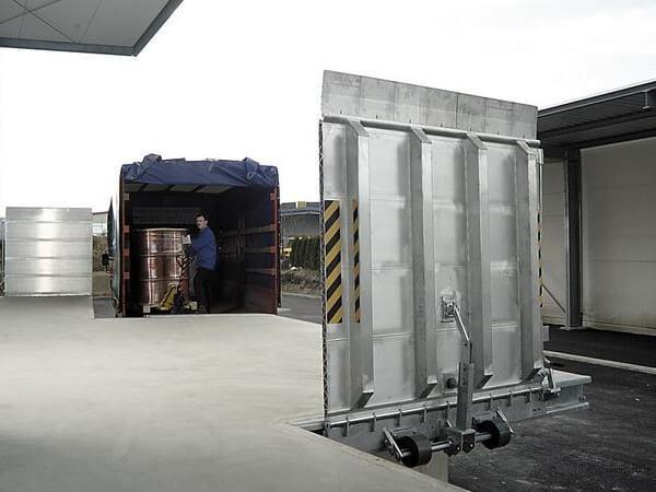 Die Überladebrücke FBA ist speziell zum Be- und Entladen von Lkws an Rampen geeignet.