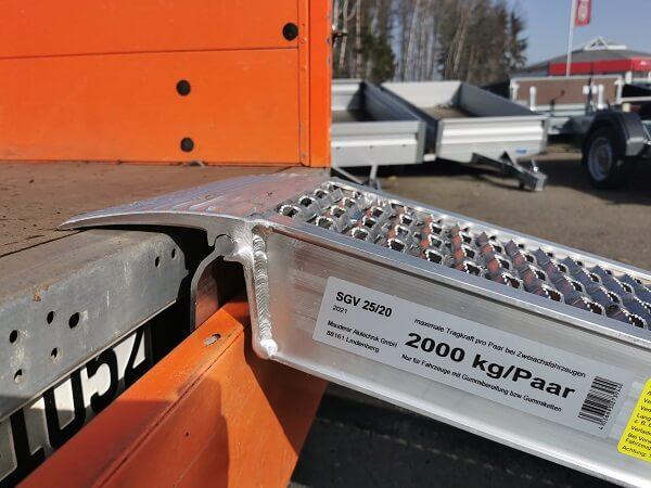 auffahrrampe-sgv-mauderer-mit-sicherungslasche-zur-zusaetzlichen-absicherung-thiele-shop
