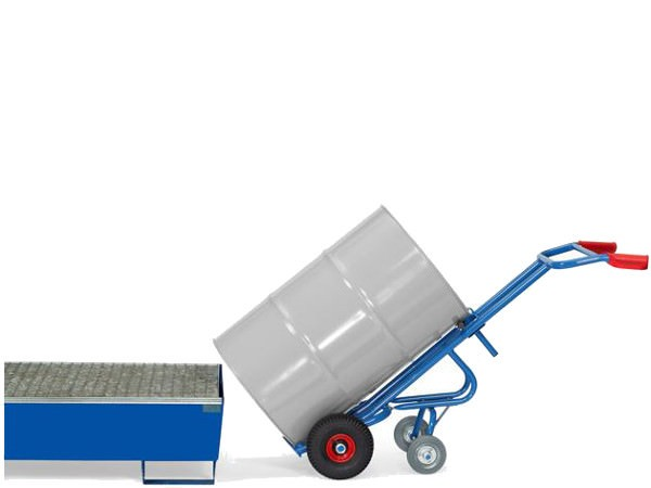 Der robuste Fasskarren kann 200-Liter Fässer problemlos von A nach B transportieren.