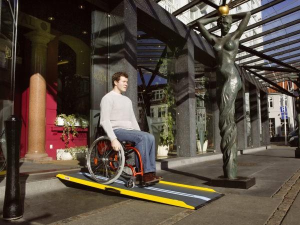 Mithilfe der TSI Rollstuhlrampe können kleinere Hindernisse wie Stufen problemlos passiert werden.