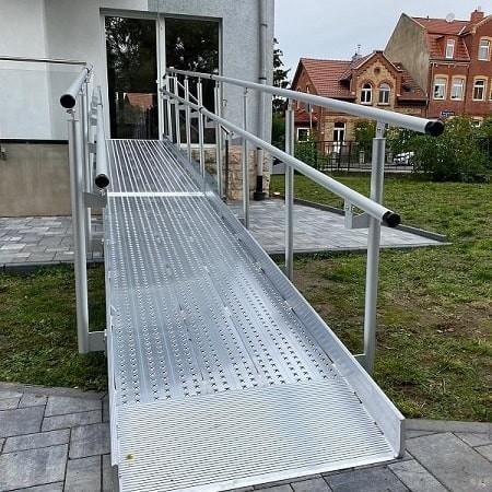 robuste rollstuhlrampe aus aluminium dient als barrierefreier zugang zur wohnung