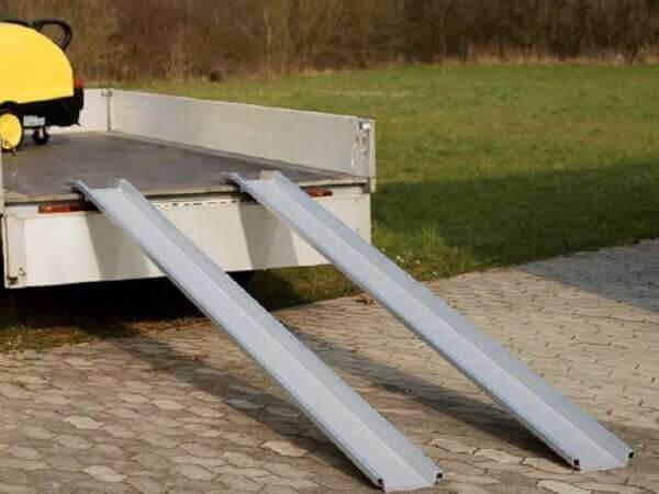 Die ABS Auffahrrampen sind perfekt geeignet, wenn schwere Lasten auf Anhänger verladen werden sollen.