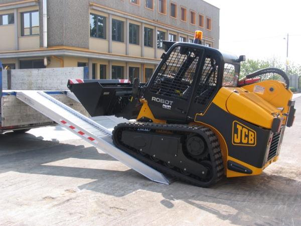 Das Be- und Entladen von schweren Baumaschinen wird mithilfe der M165 Auffahrschienen zum Kinderspiel.