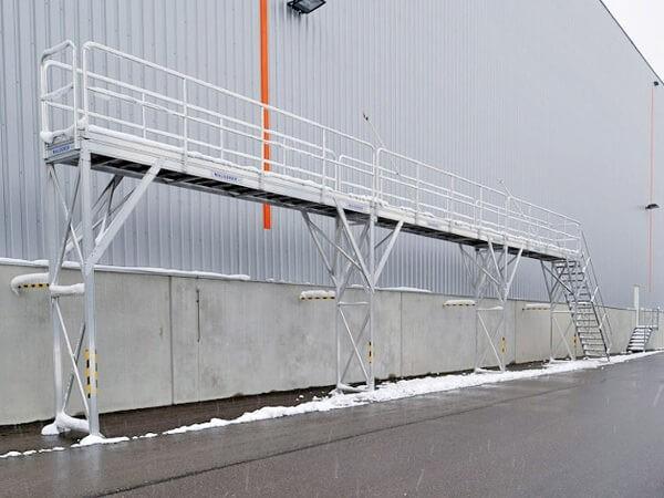 Das stationäre Enteisungsgerüst ist optimal geeignet wenn viele Lkws von Schnee und Eis befreit werden sollen.