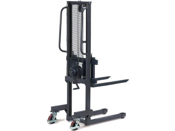 Der Handwinden-Stapler ermöglicht das Heben und Senken von Lasten bis 500 kg.