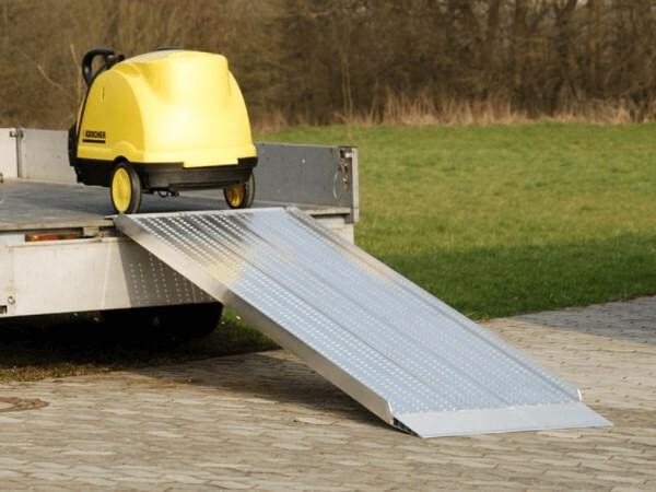 Mithilfe der AOS Verladerampe können schwere Geräte auf Anhänger verladen werden.