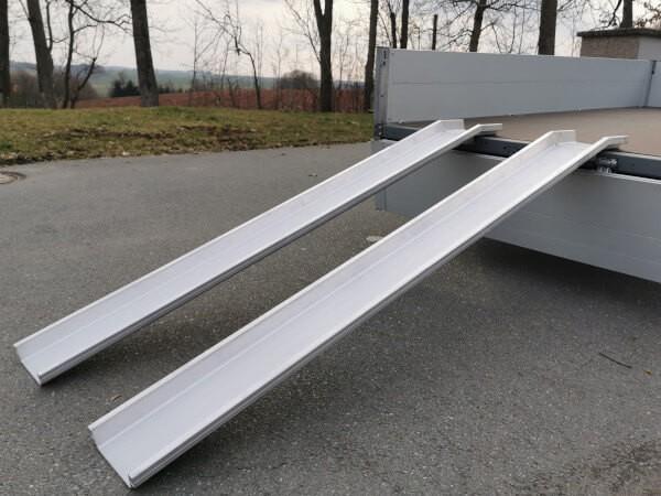 Mithilfe der ABS Auffahrschienen lassen sich schwere Lasten sicher und schnell verladen.