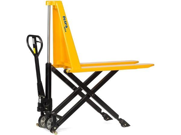 Der gelbe Scheren-Gabelhubwagen kann Lasten bis 1000 kg tragen.