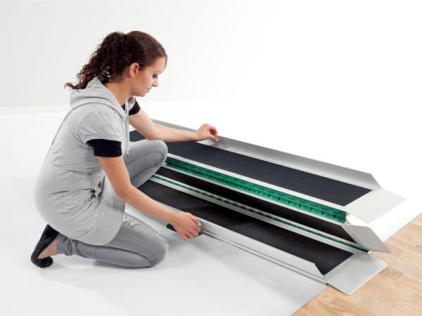 rollstuhlrampe-2-fach-faltbar-spart-platz-und-laesst-sich-gut-tragen-rampe-im-thiele-shop-bestellbar