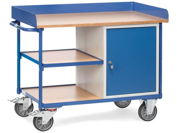 Der Werkstattwagen besitzt ein Schrankfach und eine Arbeitsplatte auf der oberen Ladefläche.