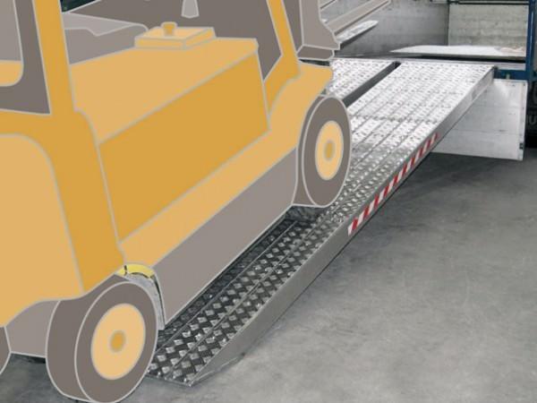 Mit den Auffahrrampen der Produktreihe M120S sind Anwender aus Landwirtschaft und Baubranche in der Lage, schwere Maschinen mit einem Gewicht von bis zu 26.300 kg zu verladen.