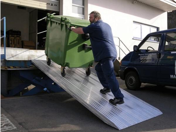 Auch schwere und unhandliche Lasten lassen sich mit einer begehbaren Auffahrrampe supereinfach verladen.