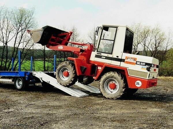 Schwere Baumaschinen (Bagger, Radlader oder Walzen) können problemlos auf Anhänger oder Zugfahrzeuge verladen werden.