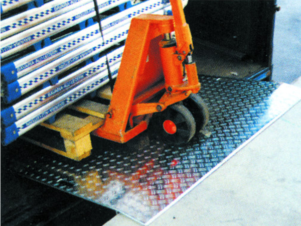 Das Verladeblech vom Verladeprofi Mauderer ist optimal, wenn schwere Lasten im hektischen Logistik-Alltag verladen werden sollen.