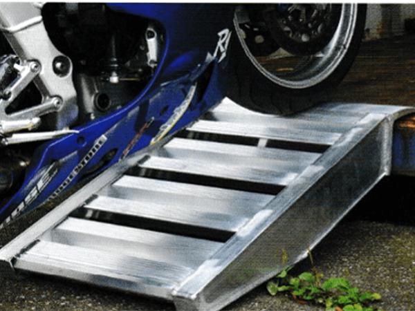 Mithilfe dieser Container-Auffahrrampe können schwere Lasten problemlos in Container verladen werden.