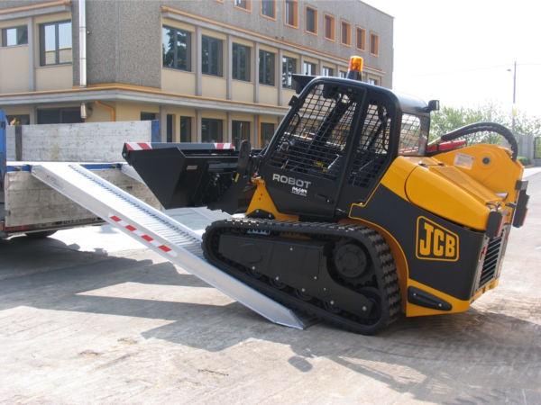 Schwere Bagger und sonstige Maschinen können problemlos mithilfe der M150 Auffahrschienen verladen werden.