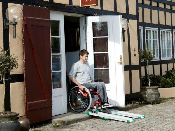 Mithilfe der Rollstuhlschienen können Gebäude barrierefrei gestaltet werden.
