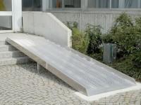 Die Rollstuhlrampe eignet sich perfekt zum dauerhaften Überbrücken von Treppen.