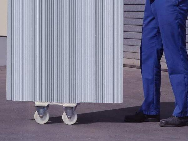 Mithilfe der Bockrollen können Sie die HF Überladebrücken problemlos mit nur einer Person transportieren.