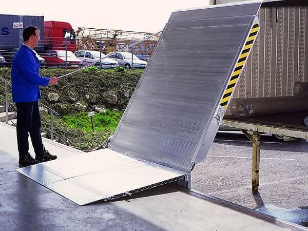 Die robuste Überladebrücke aus Aluminium kann problemlos von nur einer Person bedient werden.