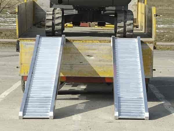 Die Breite der Auffahrrampen richtet sich nach der Reifen- oder Kettenbreite.