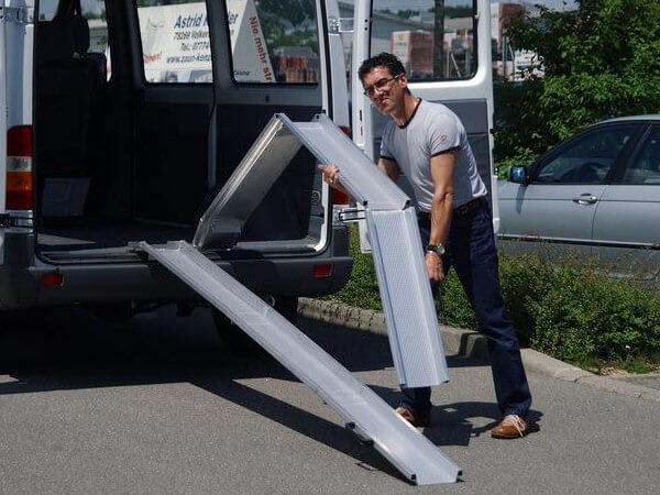 Die 2fach klappbaren Rollstuhlschienen eignen sich perfekt wenn nur wenig Lagerplatz vorhanden ist.