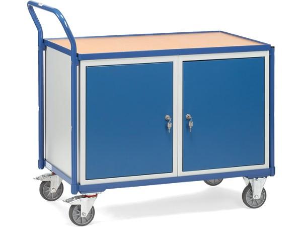 Der robuste Werkstattwagen beinhaltet 2 abschließbare Schränke und eine Arbeitsoberfläche in 820 mm Höhe.