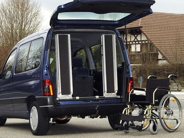Die festen Rollstuhlrampen vom Typ RAS-W eignen sich perfekt zum Be- und Entladen von Rollstühlen.