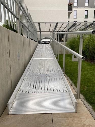 Rollstuhlrampe zur Überbrückung von 6 Treppenstufen