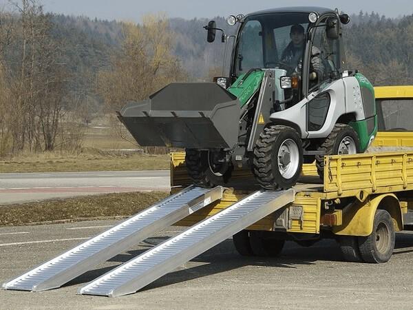 Ein sicheres Verladen von schweren Baumaschinen (Bagger, Radlader oder Traktoren) ist mithilfe der AVS 170 Auffahrrampen möglich.