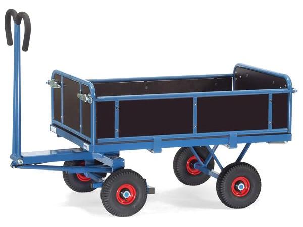 Dieser Pritschenwagen besitzt 3 abklappbare Wände und kann Lasten bis 700 kg tragen.