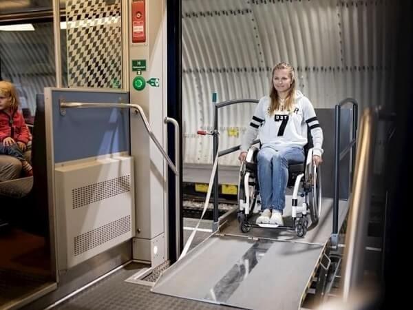 Hebelift als Alternative zur Rollstuhlrampe am Beispiel Zug.