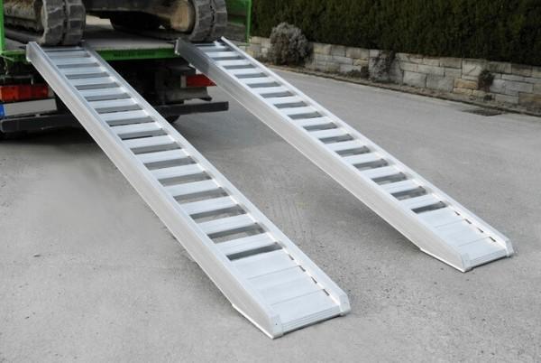 Die AVS Sprossenschienen sind perfekt geeignet, wenn schwere Baumaschinen (Bagger, Radlader, Walzen) verladen werden sollen.