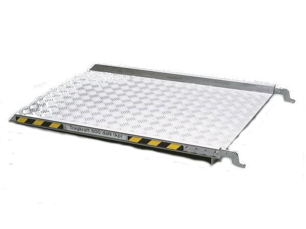 Die einhängbare Rampe ermöglicht das schnelle Be- und Entladen von schweren Lasten.