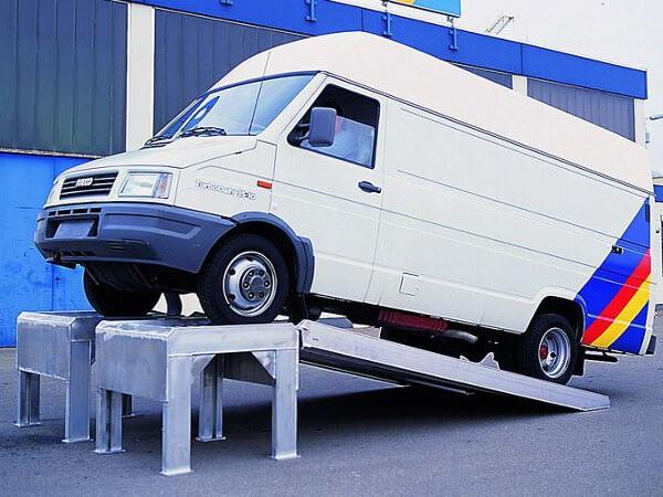 Mithilfe der WRM Wartungsrampe können schwere Fahrzeuge schnell gereinigt und gewartet werden.