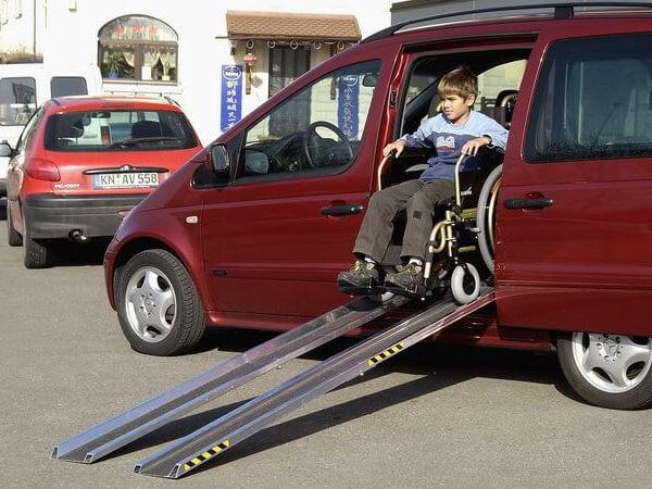 Die rutschsicheren Rollstuhlrampen eignen sich perfekt wenn Rollstuhlfahrer in Fahrzeuge verladen werden sollen.