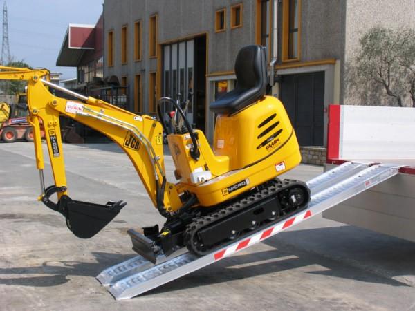 Mithilfe der M070 Verladeschienen wird das Be- und Entladen von Baumaschinen zu einer sicheren und schnellen Angelegenheit.