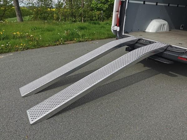 Die gebogenen Auffahrschienen eignen sich sehr gut für Fahrzeuge mit geringer Bodenfreiheit.