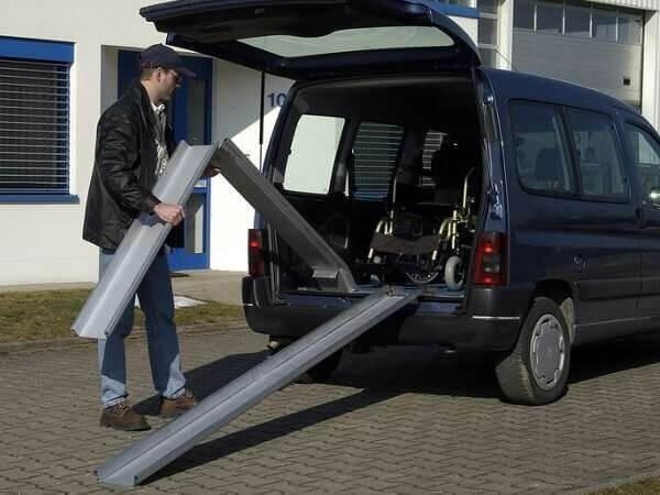 Klappbare ABS-F Auffahrschienen sind super geeignet, wenn schweres Gerät in Fahrzeuge oder Anhänger verladen werden sollen.
