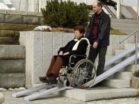 Mithilfe der Alu Rampen von Altec lassen sich Treppen problemlos überwinden.