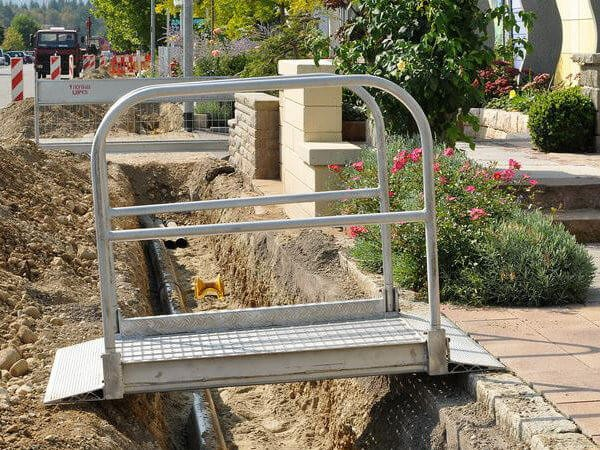 Die Aluminium Grabenbrücke ist die passende Überbrückung für Gräben auf Baustellen.