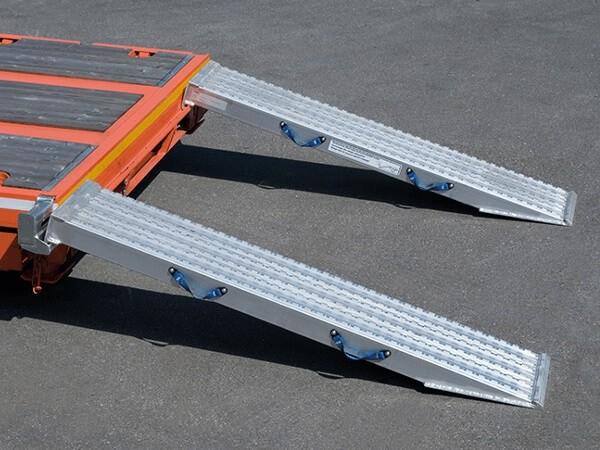 Die VFR 120 Auffahrrampen für Schwerlast-Kettenfahrzeuge sind wirkliche Kraftmaschinen - mithilfe der Schienen können schwere Baumaschinen problemlos verladen werden.