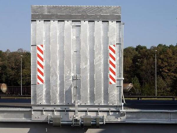 Die FBS Überladebrücke ermöglicht ein schnelles Be- und Entladen von Lkws an einer Rampe. Schwere Lasten bis zu 6000 kg können somit sicher & schnell verladen werden.