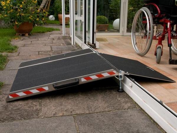 Dank der Türschwellenrampe BTR können Rollstuhlfahrer selbstständig Schwellen von Balkon oder Terrasse überwinden.