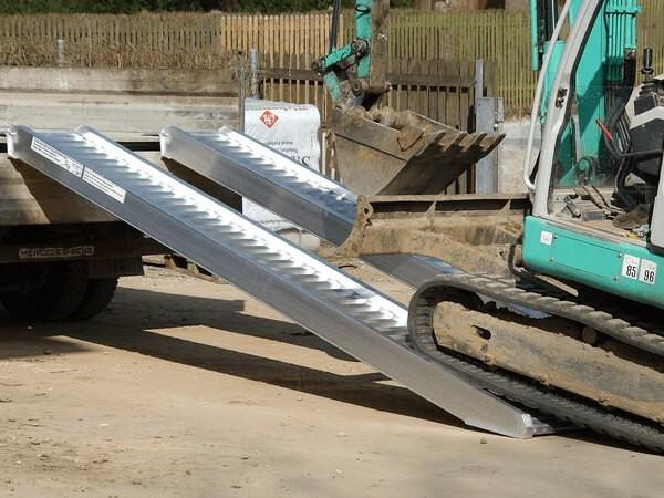Beim Verladen von schweren Baumaschinen (Bagger, Radlader oder Walzen) kommt die Auffahrschiene AVS 130 in Spiel.