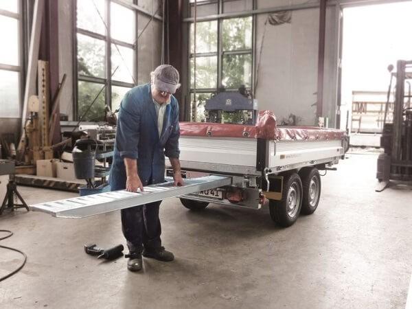 Auffahrrampe mit geringer Bauhöhe speziell für Anhänger-Einschubfächer