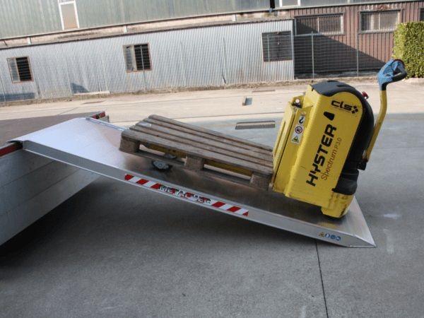 Dank der Auffahrrampe können selbst sehr schwere Lasten auf Paletten problemlos verladen werden.