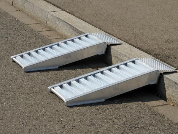 AVS Bordsteinrampen eignen sich perfekt, wenn schwere Fahrzeuge kleine Höhendifferenzen überwinden sollen.